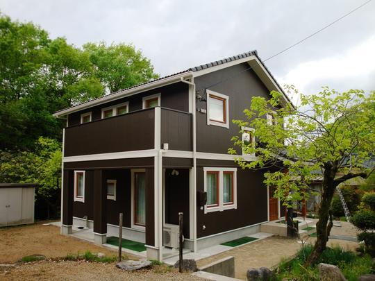 『ブラウンの外壁とホワイトの窓モールのコントラストが素敵なお家』