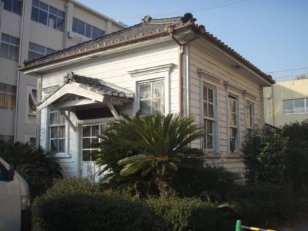 開校記念館<br /> (シンプルな木造下見板貼りのコロニアル様式)